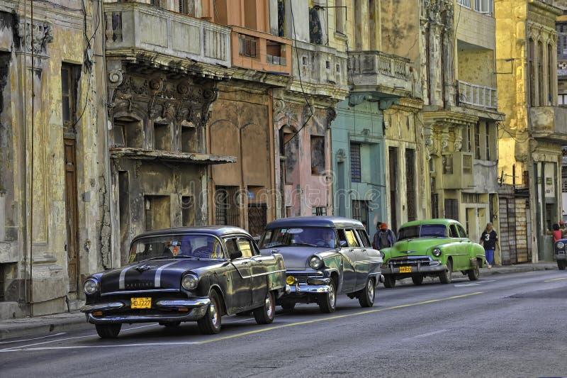 Havana Street med gamla bilar arkivbilder