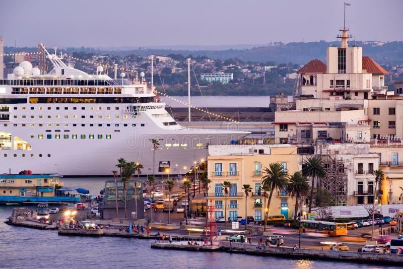 Havana velho no por do sol com uma vista de construções históricas e de um navio de cruzeiros moderno fotos de stock royalty free
