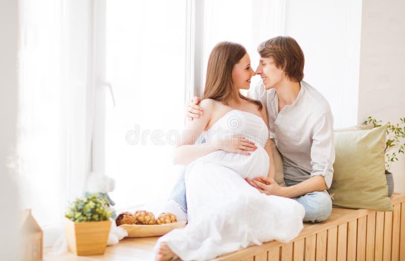 Havandeskap lycklig familjframtid uppfostrar den gravida modern och fathe arkivfoton