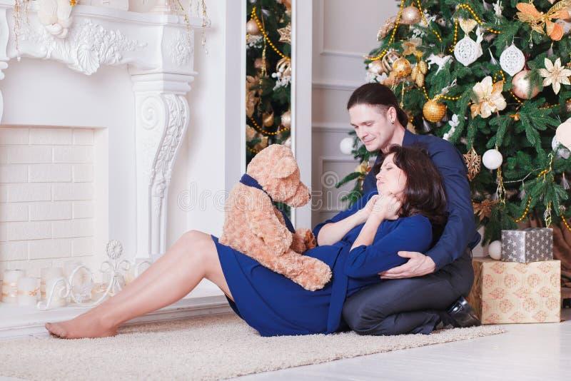 Havandeskapbarnpar på soffan arkivbilder
