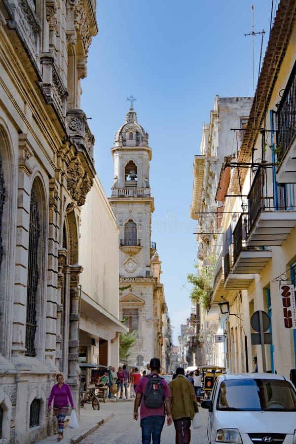 Havannacigarr-, gataliv och sikt med koloniala byggnader och den kyrkliga LaIglesia de San Agustin nollan San Francisco el Nuevo  royaltyfri fotografi