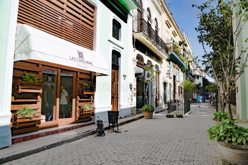 Havannacigarr-, gataliv och sikt med koloniala byggnader, Kuba royaltyfria bilder