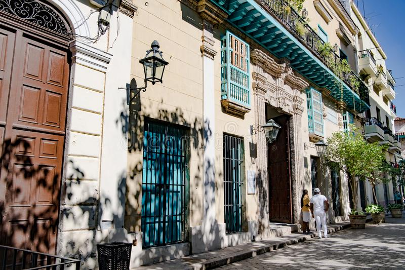 Havannacigarr-, gataliv och sikt till koloniala byggnader, Kuba royaltyfri bild