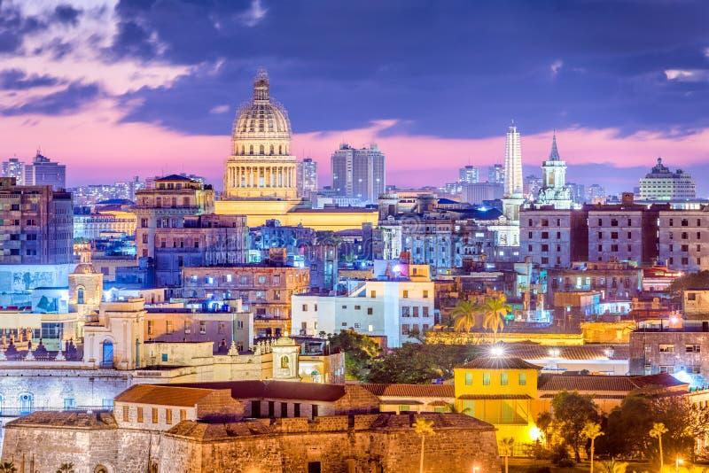 Havannacigarr i stadens centrum horisont för Kuba på natten royaltyfria foton