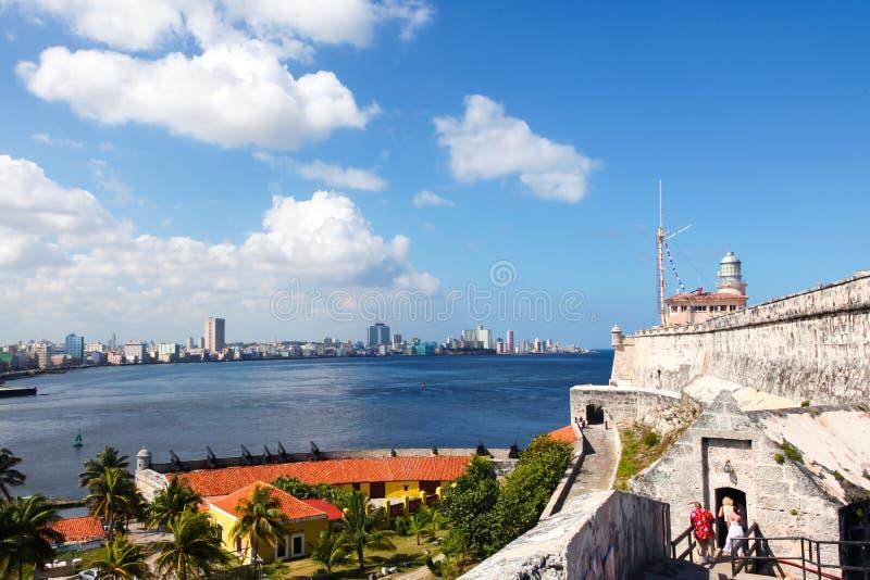 Havannacigarr/Kuba - Augusti 2018: Försvarbatteriet för 12 apostlar, i den Havana Bay ingången fotografering för bildbyråer