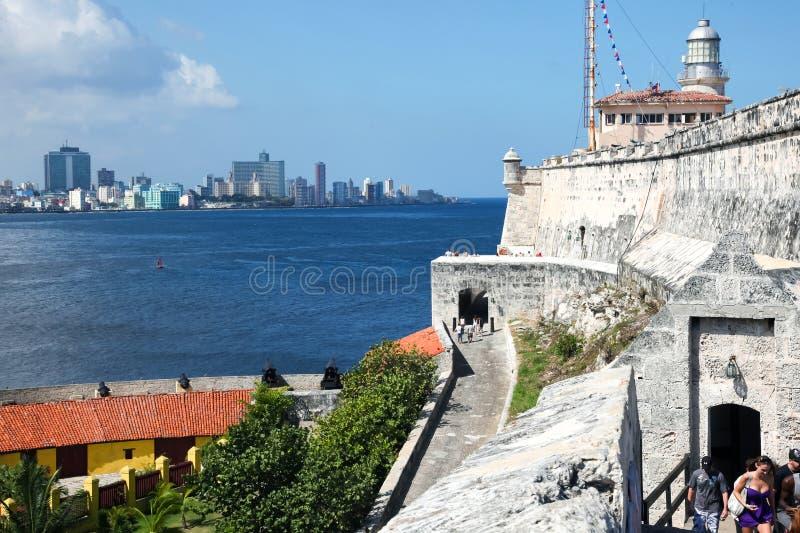 Havannacigarr/Kuba - Augusti 15 2018: Försvarbatteriet för 12 apostlar, i den Havana Bay ingången arkivfoto