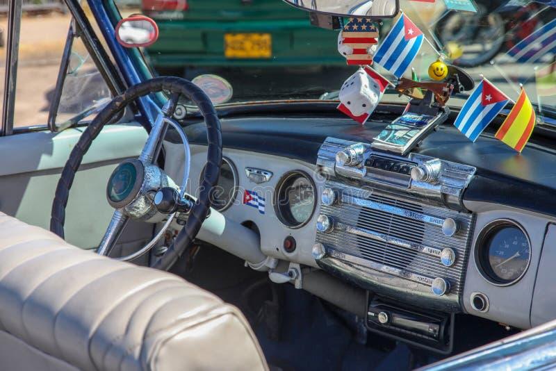 Havannacigarr Kuba - Augusti 2017: Stäng upp inre av en klassisk retro/tappningbilblått Buick, klockan för styrninghjulet, instru arkivbilder