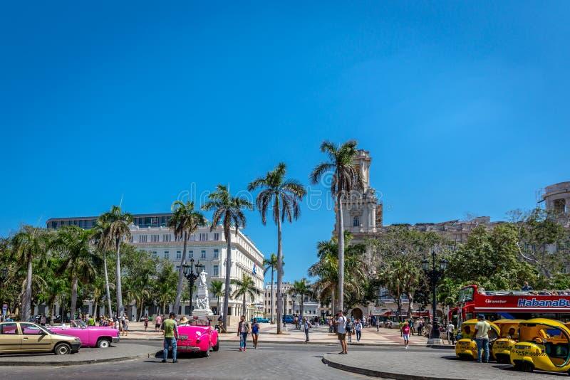 Havannacigarr Kuba - fördärva 10th 2018 - den huvudsakliga plazaen av havannacigarren med färgrika bilar, sightbuss, palmträd, ga royaltyfri foto