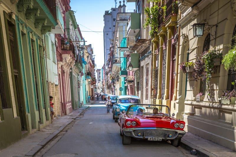 Havannacigarr Kuba - fördärva 10th 2018 - en vanlig väg i Havana Old Town, gamla bilar, koloniinvånarehus, lugna känsla i Kuba arkivbild