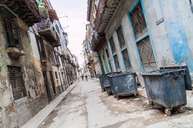 HAVANNACIGARR KUBA - FEBRUARI 23, 2016: Sikt av en gata i gamla Havan royaltyfri foto