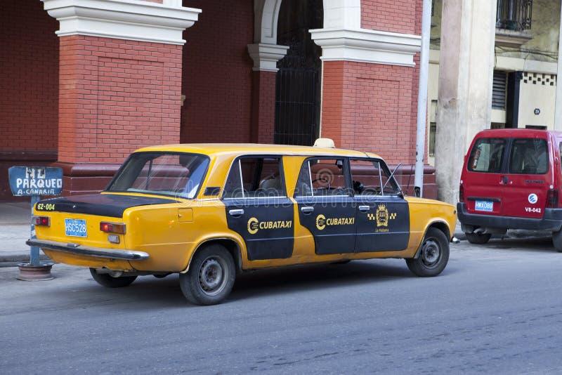 HAVANNACIGARR KUBA - JANUARI 28, 2013: lång taxibil i gatan royaltyfri foto