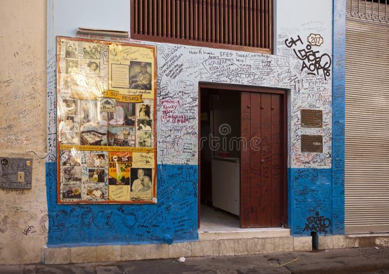 HAVANNACIGARR KUBA - JANUARI 27, 2013: Restaurang Bodeguita del Medio Affisch med autografer om en ingång Denna restaurang var fa royaltyfri fotografi
