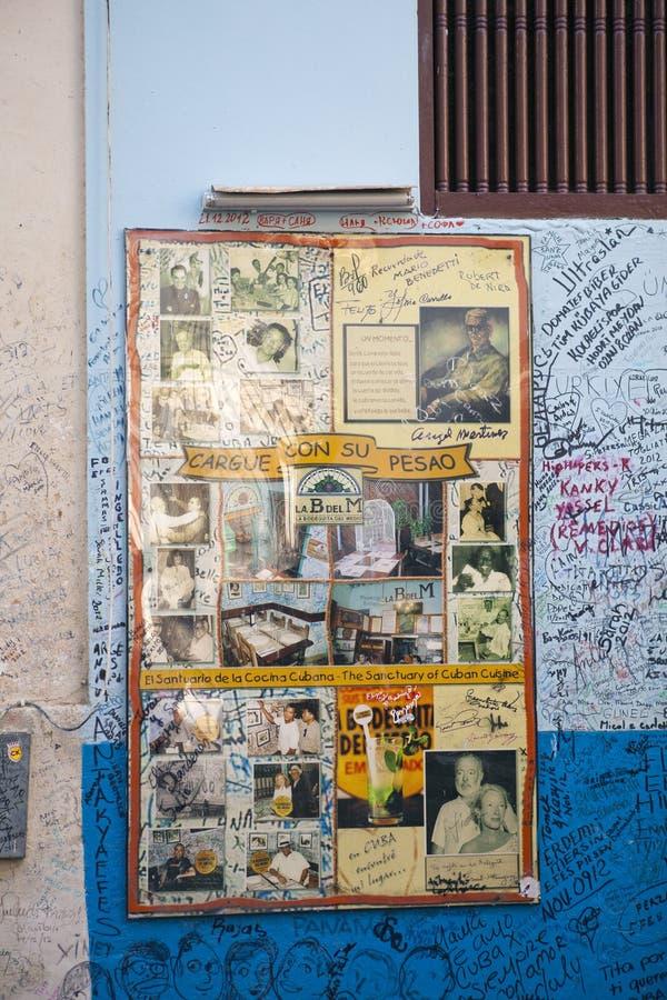 HAVANNACIGARR KUBA - JANUARI 27, 2013: Restaurang Bodeguita del Medio Affisch med autografer om en ingång Denna restaurang var fa arkivbilder