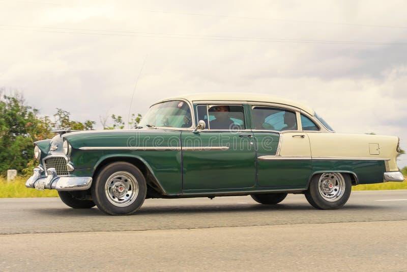 HAVANNACIGARR KUBA - JANUARI 03, 2018: Rider den klassiska amerikanaren för tappning ner havannacigarrgatan i Kuba royaltyfri foto