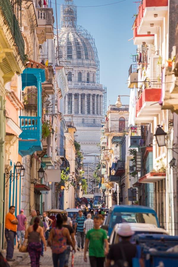 Havannacigarr Kuba - November 29, 2017: El Capitolio som ses från en smal gata arkivbilder