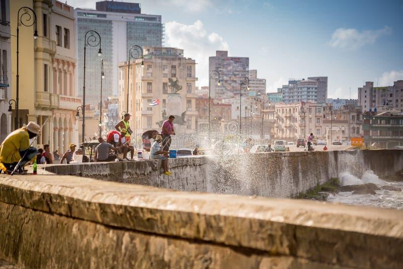 Havannacigarr Kuba - November 29, 2017: Fiskare på Malecon arkivfoto