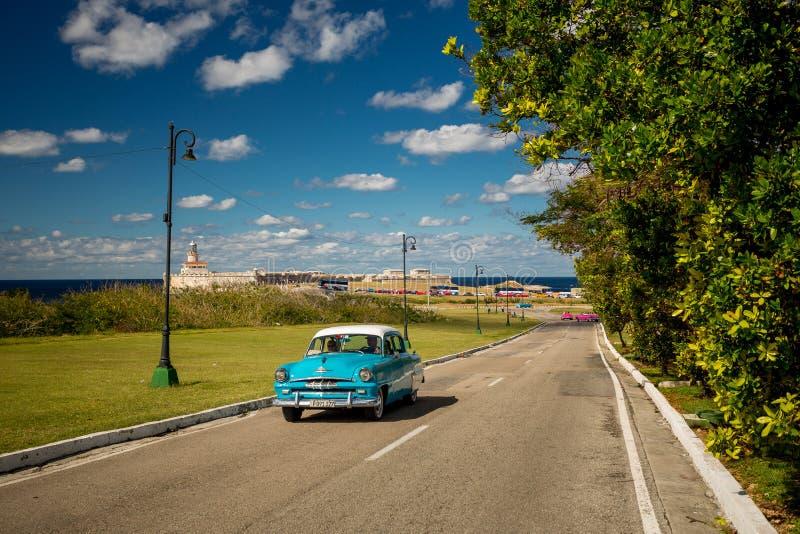 Havannacigarr Kuba - November 29, 2017: Klassisk turist för bilkörning arkivfoto