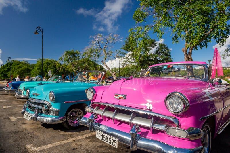 Havannacigarr Kuba - November 29, 2017: Klassiska bilar i en parkeringsplats royaltyfri bild