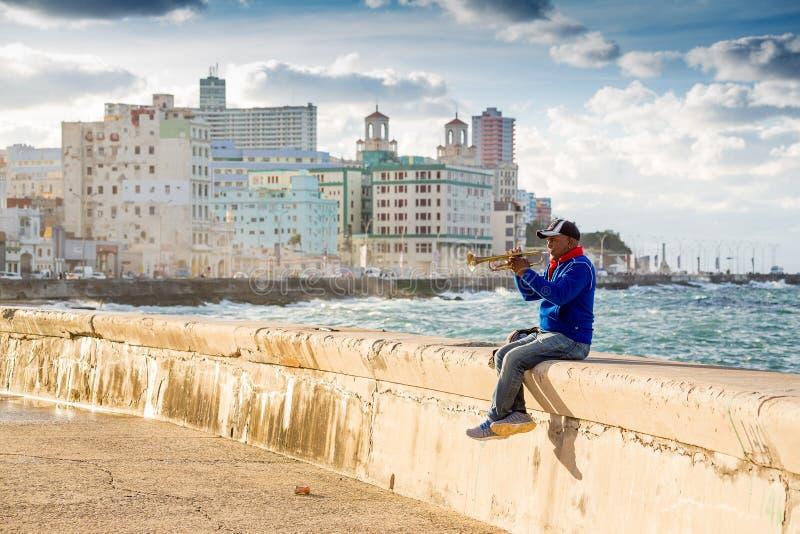 Havannacigarr Kuba - November 29, 2017: Man som spelar trumpeten på Malecon arkivbild