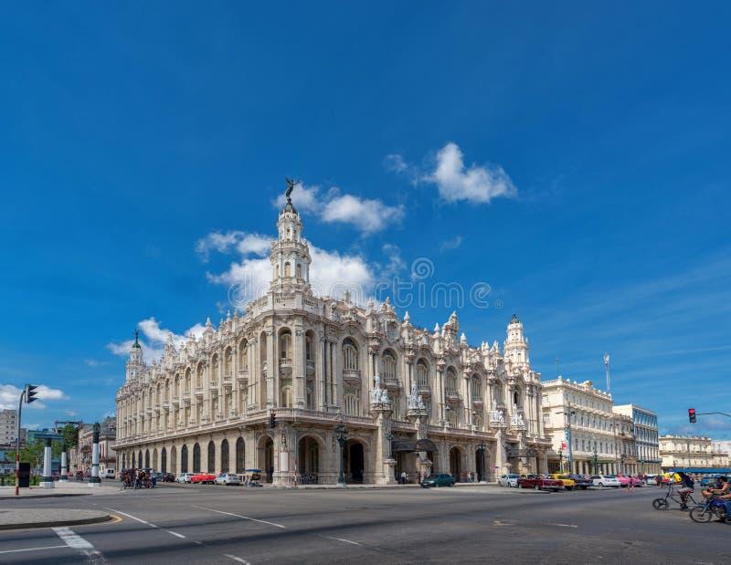 HAVANNACIGARR KUBA - OKTOBER 20, 2017: Havana Old Town och Centro Gallego Building i bakgrund Också bekant som Gran Teatro de La  arkivfoton