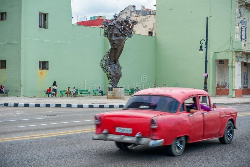 HAVANNACIGARR KUBA - OKTOBER 20, 2017: Havana Old Town och Malecon område med monumentet och det gamla taximedlet cuba royaltyfri fotografi