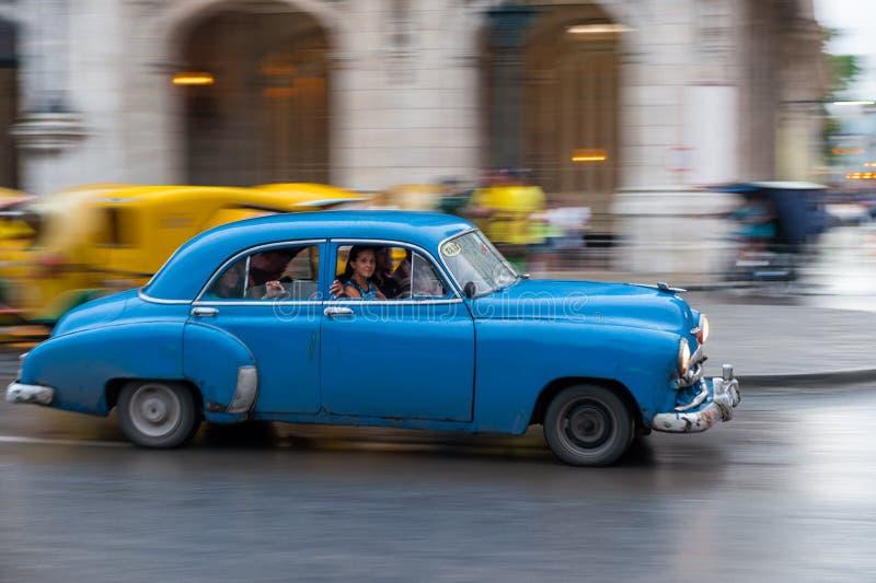 HAVANNACIGARR KUBA - OKTOBER 21, 2017: Retro bil för gammal stil i havannacigarren, Kuba Militärfordon Blått färgar royaltyfri foto