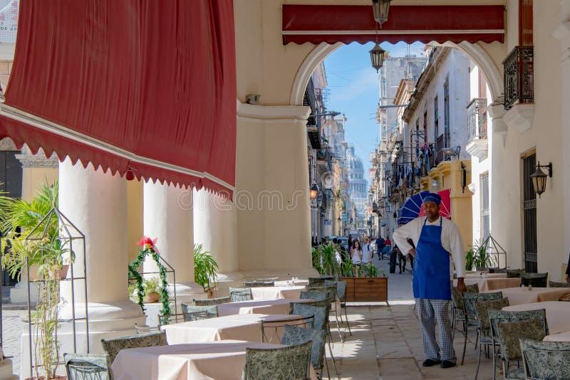 Havannacigarr, sikt från Café till den lilla gatan och Capitolio i havannacigarren, Kuba arkivfoto