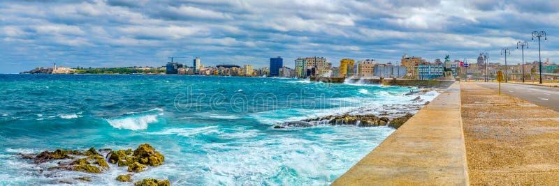Havannacigarrhorisonten och den iconic Malecon skyddsmuren mot havet med ett stormigt hav royaltyfria bilder