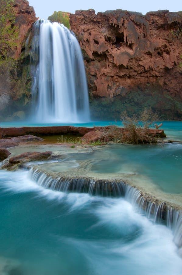 Havasu nedgångar som är berömda för dess blåa gröna vatten, visas som satäng, som den applåderar längs lägre vaggar royaltyfri foto
