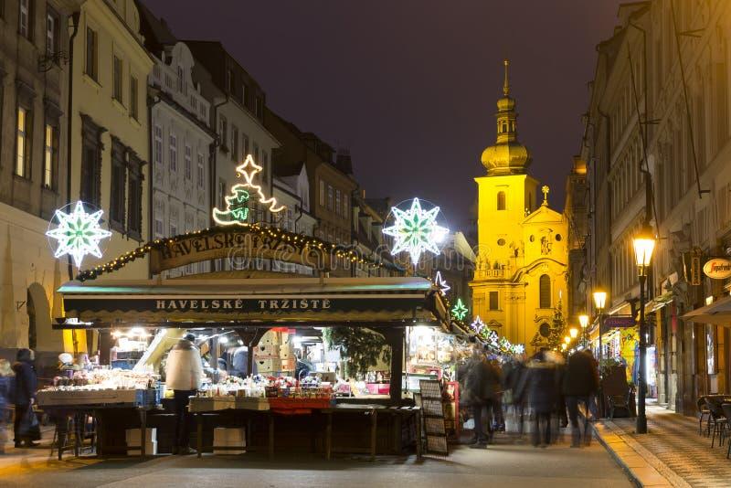 Havel ajusta mercados de la Navidad en Praga con la gente que hace compras allí en la noche foto de archivo libre de regalías