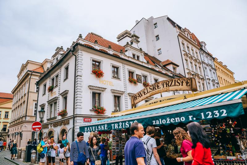 Havel ` s rynek i turystyczni ludzie w Praga, czech zdjęcia stock