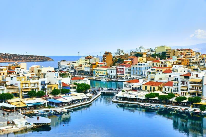 Haven in Agios Nikolaos, jachten op de pijler stock afbeelding