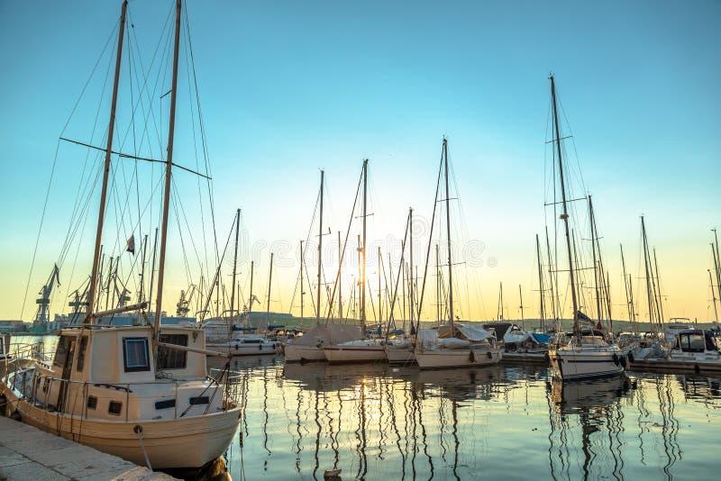 Haven in de zonsondergang royalty-vrije stock fotografie
