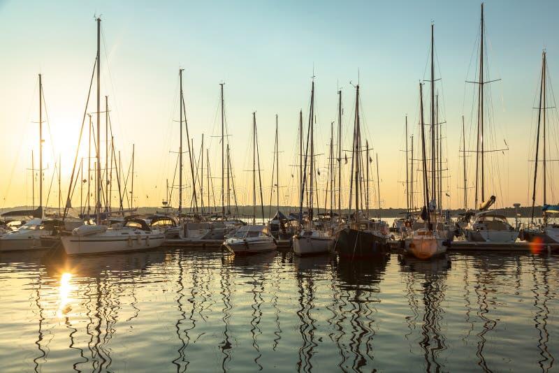 Haven in de zonsondergang stock foto