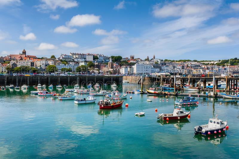 Haven en Horizon van Heilige Peter Port Guernsey stock foto's