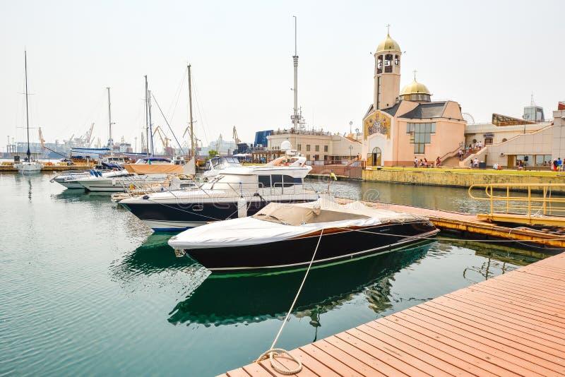 Haven en overzeese jachten dichtbij mariene post van Odessa, Odessa Ukraine royalty-vrije stock afbeelding