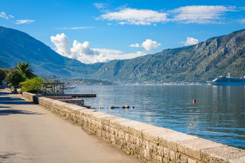 Haven en schepen in zonnige dag bij de baai Boka Kotorska, Montenegro, Europa van Boka Kotor royalty-vrije stock afbeelding