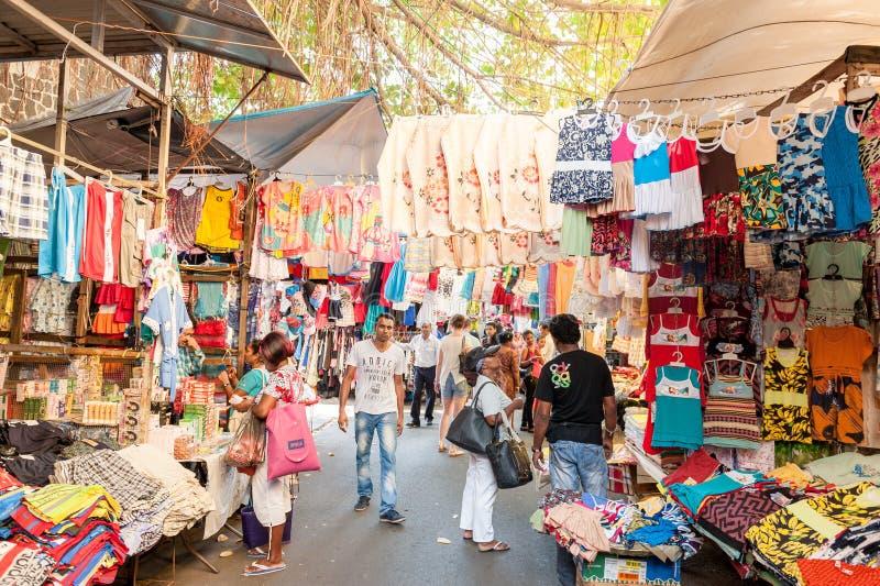 HAVEN LOUIS, MAURITIUS - OKTOBER 01, 2015: Marktstraat in Haven Louis, Mautirius De mensen verkopen kleren royalty-vrije stock foto