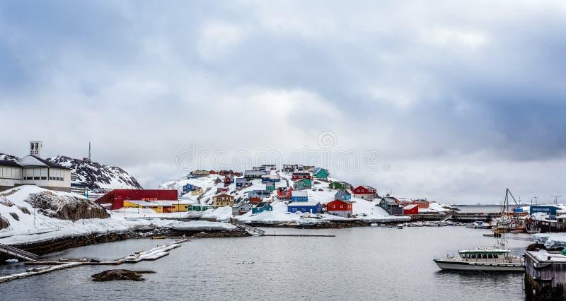 Haven met boten en kleurrijke Inuit-huizen op de rotsen in backgr royalty-vrije stock afbeeldingen