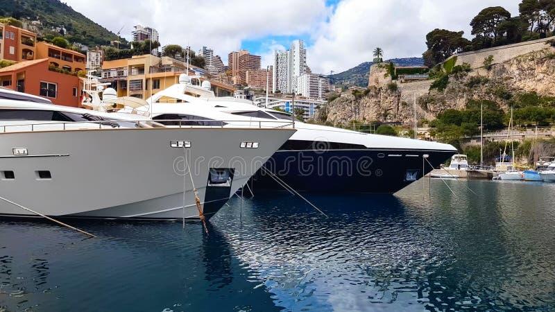 Haven met jachten en boten onder berg, prettige rust, sightseeingsreis royalty-vrije stock foto's