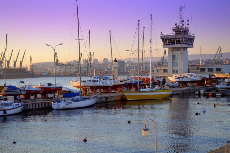 Haven met schepen en verkeerstoren royalty-vrije stock afbeeldingen
