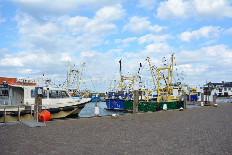 Haven met schepen op de zomerdag stock afbeeldingen