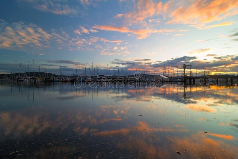 Haven van Anacortes-Jachthaven bij Zonsondergang in WA-staat de V.S. stock afbeelding