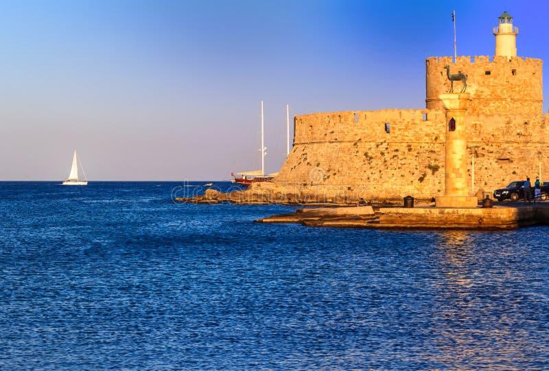 Haven van bevorzonsondergang van Rhodos, Griekenland royalty-vrije stock fotografie