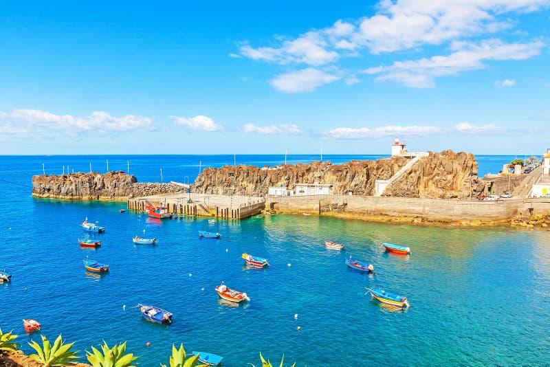 Haven van Camara de Lobos, Madera met vissersboten stock foto