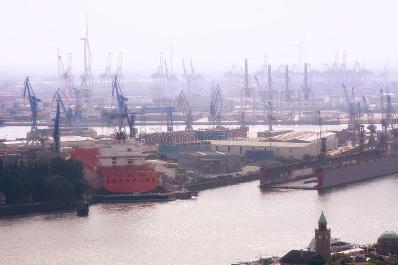 Haven van Hamburg in de mist, Duitsland stock foto