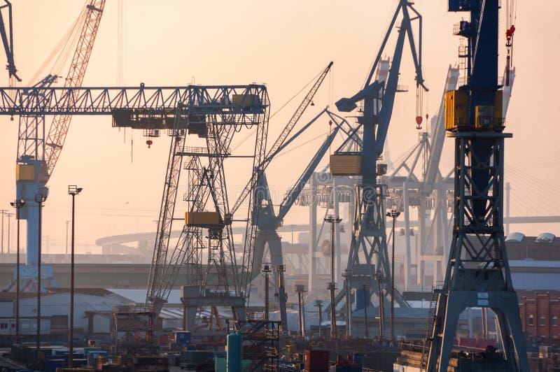 Haven van Hamburg op de rivier Elbe in Duitsland stock foto's