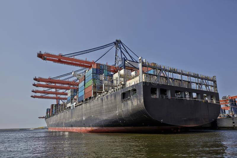 Haven van Rotterdam Nederland Grote havenkranen die containerschepen in de haven van Rotterdam laden stock afbeeldingen