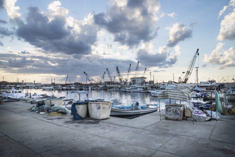 Haven van Sidon tijdens zonsondergang, Saida, Libanon stock foto's