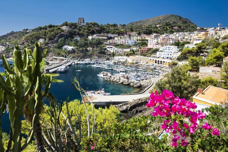 Haven van Ustica-Eiland in Thyrreense Zee dichtbij Palermo, Sicilië, Italië wordt gevestigd dat royalty-vrije stock foto
